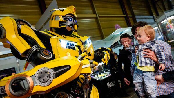 Робот-трансформер Бамблби развлекает детей - Sputnik Latvija