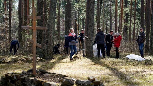 Субботник на старом Гарнизонном кладбище в Саласпилсе - Sputnik Латвия