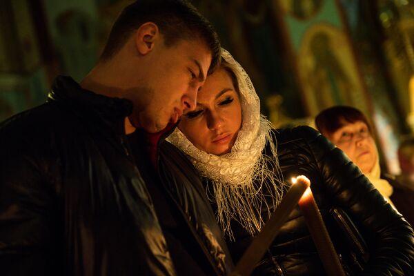 Православные христиане пришли на праздник Воскресения Христова в Христорождественский кафедральный собор в Риге - Sputnik Латвия