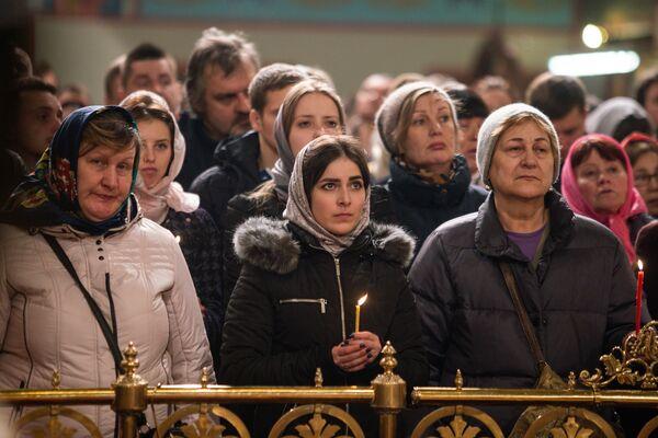 Сотни верующих собрались в кафедральном соборе Рождества Христова в Риге - Sputnik Латвия