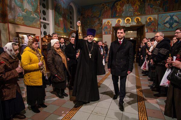 Верующие собрались в кафедральном соборе Рождества Христова в Риге - Sputnik Латвия