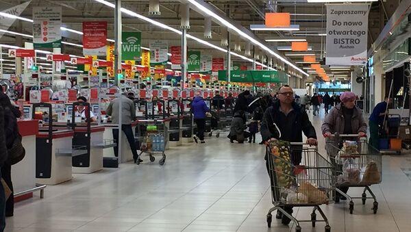 Приезжих из Беларуси покупателей в супермаркетах Польши стало заметно меньше - Sputnik Латвия