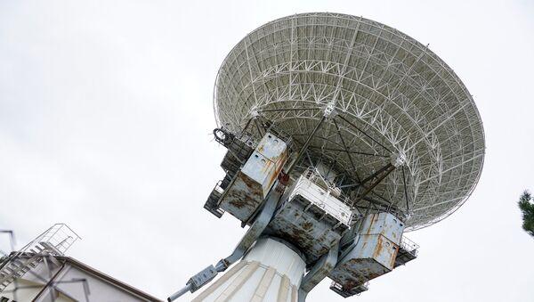 Огромное зеркало радиотелескопа диаметром 32 метра - Sputnik Латвия