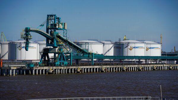 Нефтеналивные терминалы в Вентспилсском свободном порту - Sputnik Латвия