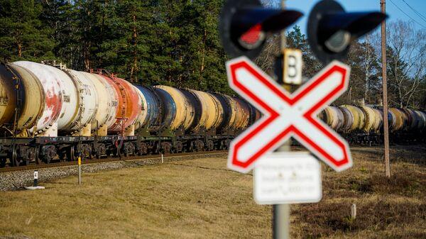 Пустые цистерны идут обратно в Россию из Вентспилса. Транзит грузов из Латвии в Россию - Sputnik Latvija