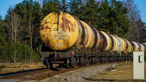 Пустые цистерны идут обратно в Россию из Вентспилса. Транзит грузов из Латвии в Россию - Sputnik Латвия