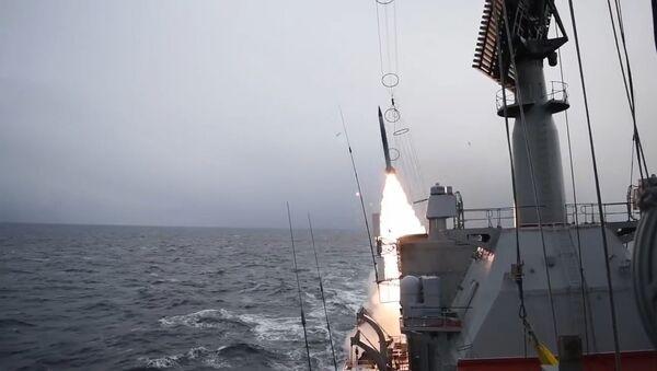 Ракетный крейсер Северного флота Маршал Устинов отразил авиационный удар условного противника в Баренцевом море - Sputnik Latvija