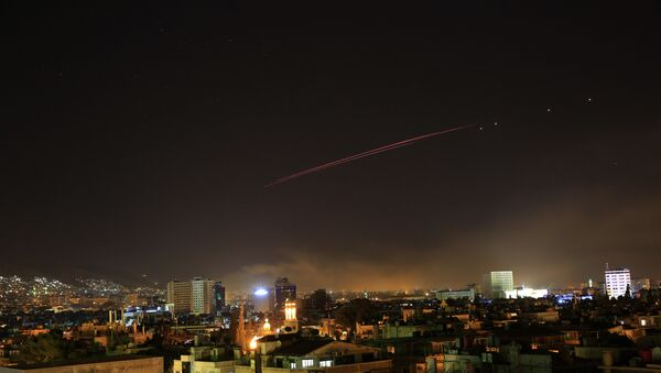 Зенитный огонь над Дамаском, Сирия. 14 апреля 2018 г. - Sputnik Латвия