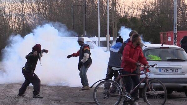 Беженцы закидывали камнями полицию во время сноса лагеря мигрантов в Кале - Sputnik Латвия