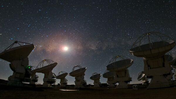 Антенны радиотелескопов под звездным небом - Sputnik Латвия