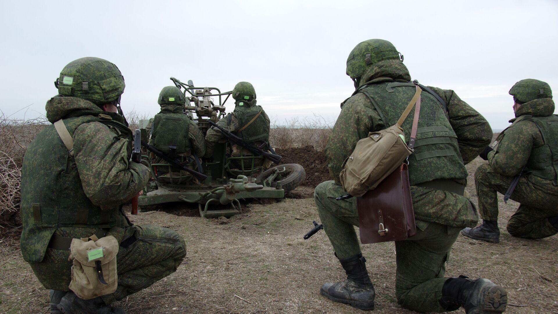 Военнослужащие ПВО РФ у зенитной артиллерийской установки - Sputnik Латвия, 1920, 01.06.2021
