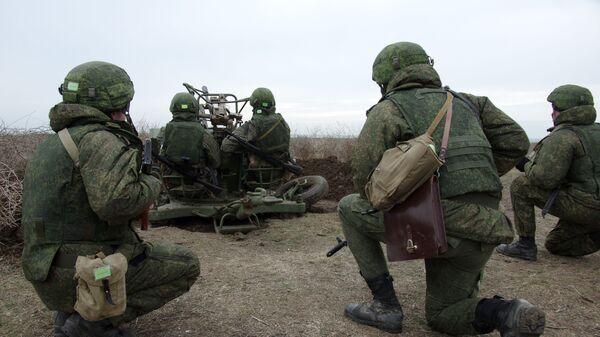 Военнослужащие ПВО РФ у зенитной артиллерийской установки - Sputnik Латвия