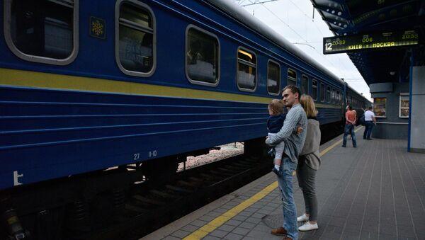 Пассажиры на перроне Центрального железнодорожного вокзала в Киеве. - Sputnik Латвия
