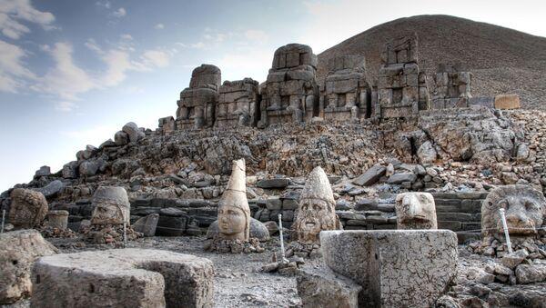 Kommagena valstības arheoloģiskais piemineklis Nemrutdaga kalnā – kapenes, ko ieskauj 8 metrus augstas statujas. UNESCO sarakstā iekļauts 1987. gadā. - Sputnik Latvija