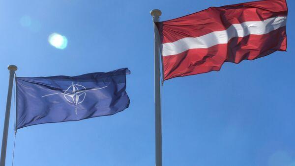 Флаги НАТО и Латвии - Sputnik Латвия
