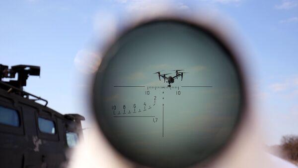 Военнослужащий во время учений по борьбе с воздушными целями - Sputnik Latvija