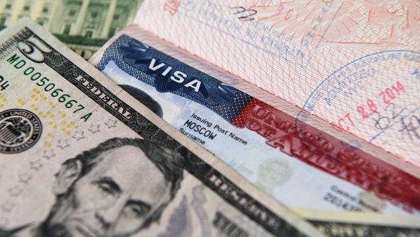 Денежные купюры США и американская виза - Sputnik Latvija