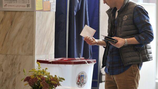 Житель города Риги на одном из избирательных участков во время голосования на парламентских выборах в Латвии. - Sputnik Latvija