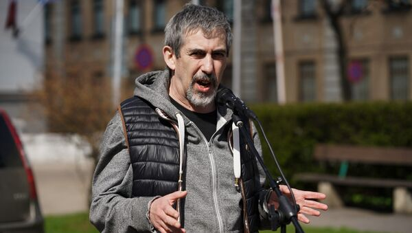 Владимир Линдерман на пикете у здания Полиции безопасности против ареста Александра Гапоненко - Sputnik Латвия
