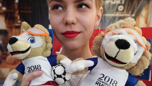 Официальные талисманы чемпионата мира по футболу - 2018 - волки Забиваки в магазине атрибутики ЧМ-2018 по футболу в Калининграде - Sputnik Латвия