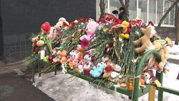 Цветы, свечи и игрушки у Октябрьского поля и возле дома убитой девочки - Sputnik Латвия