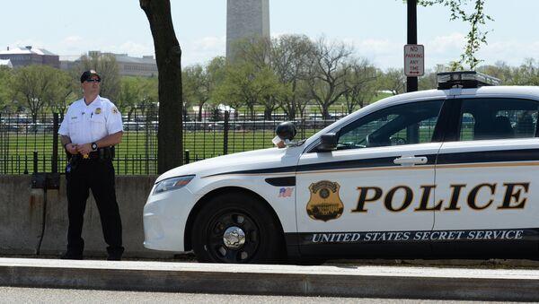 Автомобиль секретной службы США и полицейский у территории Белого дома в Вашингтоне - Sputnik Latvija