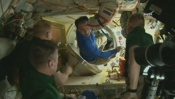 Космонавты обнимались и фотографировались на МКС перед возвращением на Землю - Sputnik Латвия