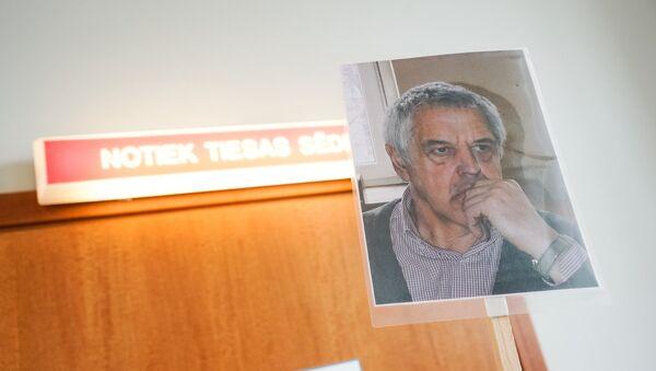 Портрет Гапоненко перед дверью зала суда - Sputnik Latvija