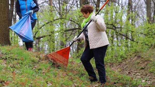 Большая толока - 2015: премьер-министр Лаймдота Страуюма на уборке территории Детской клинической университетской больницы - Sputnik Латвия
