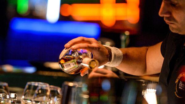 Бармен разливает напитки - Sputnik Латвия