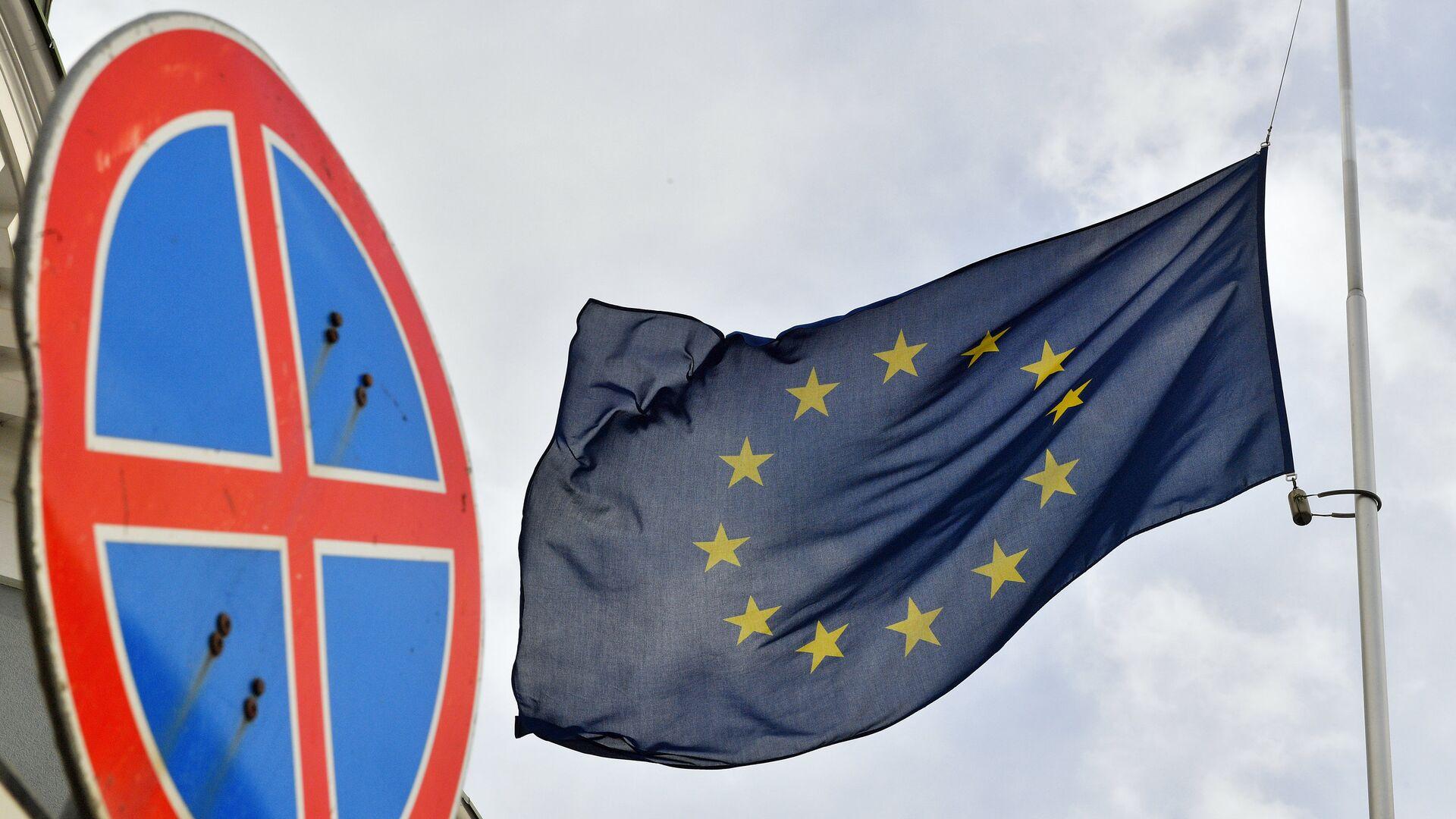 Флаг ЕС у здания представительства Европейского Союза в Москве. - Sputnik Latvija, 1920, 05.05.2021