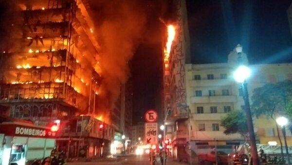 Пожар в высотном здании в Сан-Паулу, Бразилия - Sputnik Латвия