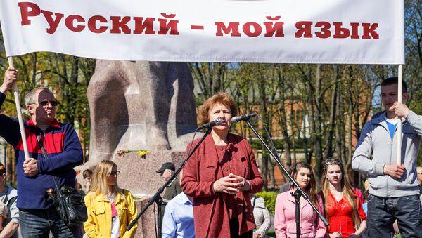 Татьяна Жданок выступает на первомайской демонстрации Штаба защитников русских школ в Риге - Sputnik Латвия