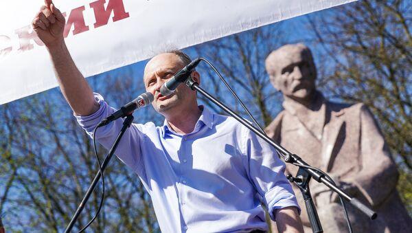 Мирослав Митрофанов выступает на первомайской демонстрации Штаба защитников русских школ в Риге - Sputnik Латвия