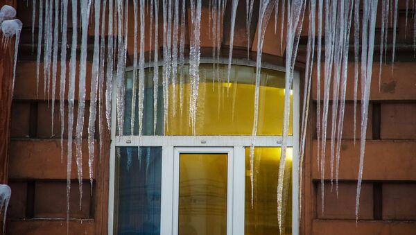 Сосульки на фасаде дома в Санкт-Петербурге - Sputnik Латвия
