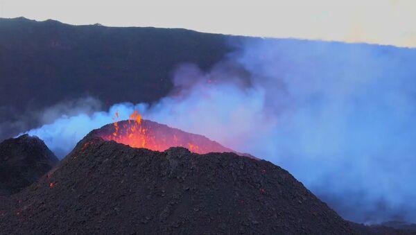 Извержение действующего вулкана Питон-де-ла-Фурнезна - Sputnik Латвия