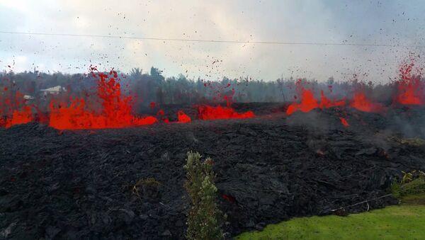 Рвущаяся из земли лава уничтожает жилые дома на Гавайях - Sputnik Латвия