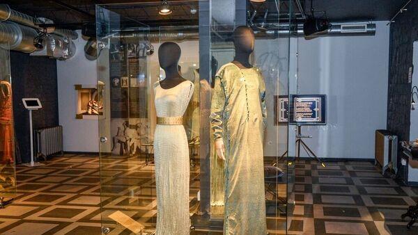 Платья из плиссированного шелка и бархата с тиснением итальянского дизайнера Фортуни - Sputnik Латвия