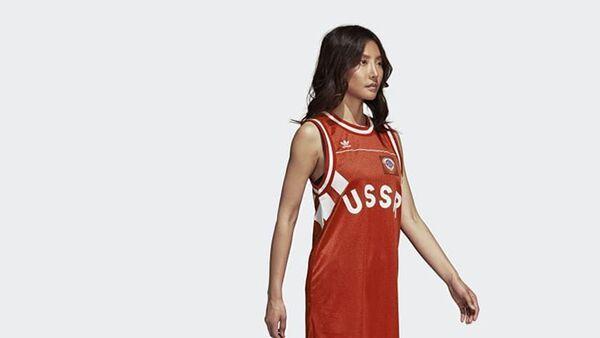Девушка в майке с надписью USSR компании Adidas - Sputnik Латвия