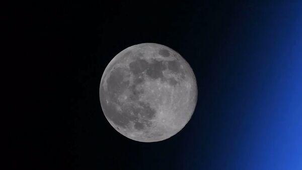 Российский космонавт показал исчезающую Луну - Sputnik Латвия