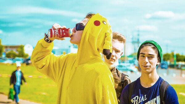 Подростки с банкой Кока-Колы - Sputnik Латвия