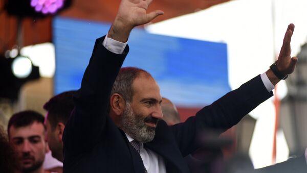 Никол Пашинян выступает перед своими сторонниками после специального заседания парламента Армении, на котором он был избран премьер-министром Армении. - Sputnik Латвия