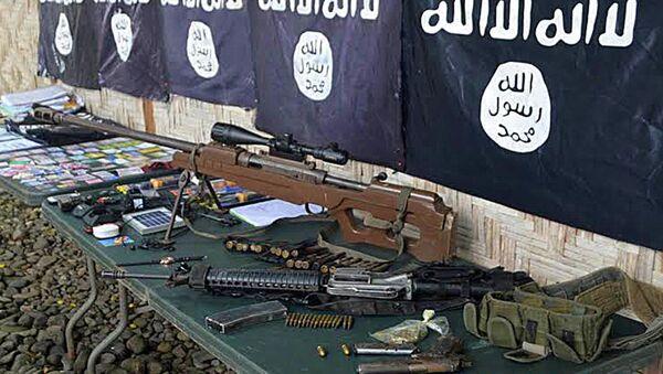 Оружие и флаги преступной группировки ИГ - Sputnik Латвия