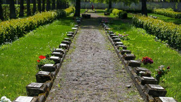 8 мая на Братском кладбище в Риге - Sputnik Latvija