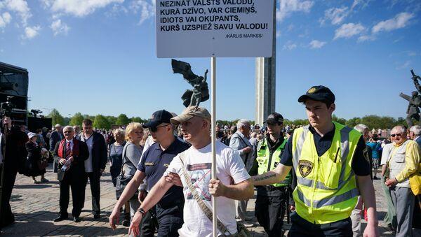 Aiņa Sproģa aizturēšana pie Atbrīvotāju pieminekļa - Sputnik Latvija