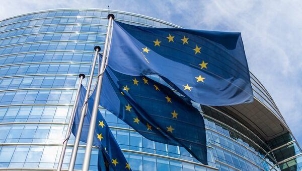 Европейские флаги перед Европейской комиссией - Sputnik Latvija