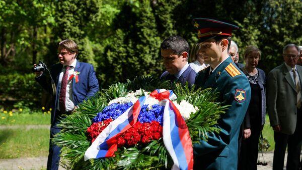 Возложение на Гарнизонном кладбище Риги в День Победы - Sputnik Латвия