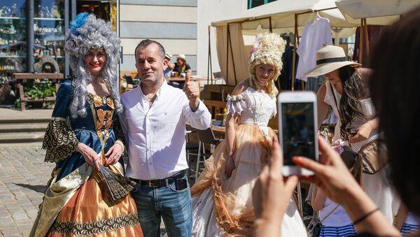 Туристы фотографируются с участниками фестиваля Майский граф - 2018 в Риге - Sputnik Латвия