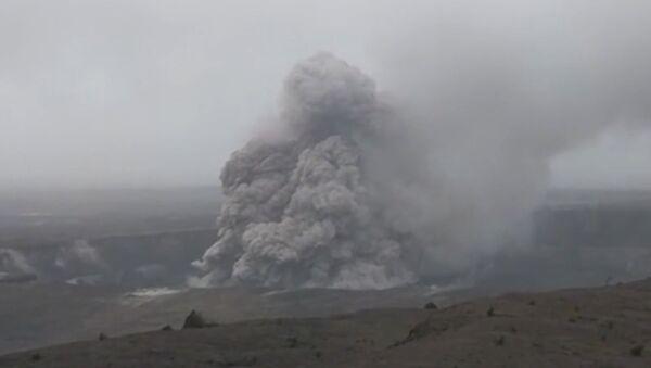 Дно вулкана Килауэа на Гавайях рухнуло - Sputnik Латвия