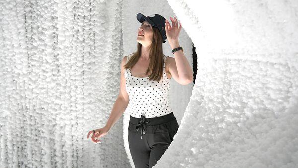 Посетительница в павильоне Ледяная пещера в природно-ландшафтном парке Зарядье в Москве - Sputnik Латвия